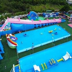 户外游乐园的水上乐园游乐设施